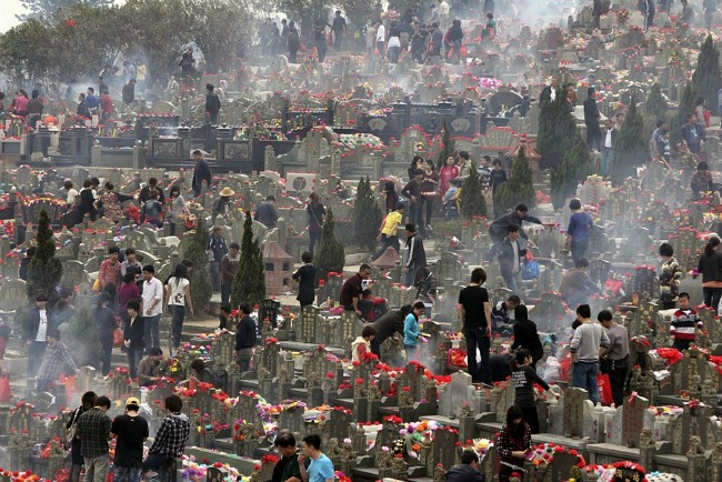 tomb sweeping day in china This is the most important day of sacrifice the customs have been greatly simplified today after slightly sweeping the tombs, people offer food in contrast to the sadness of the tomb sweepers, people also enjoy hope of spring on this day.